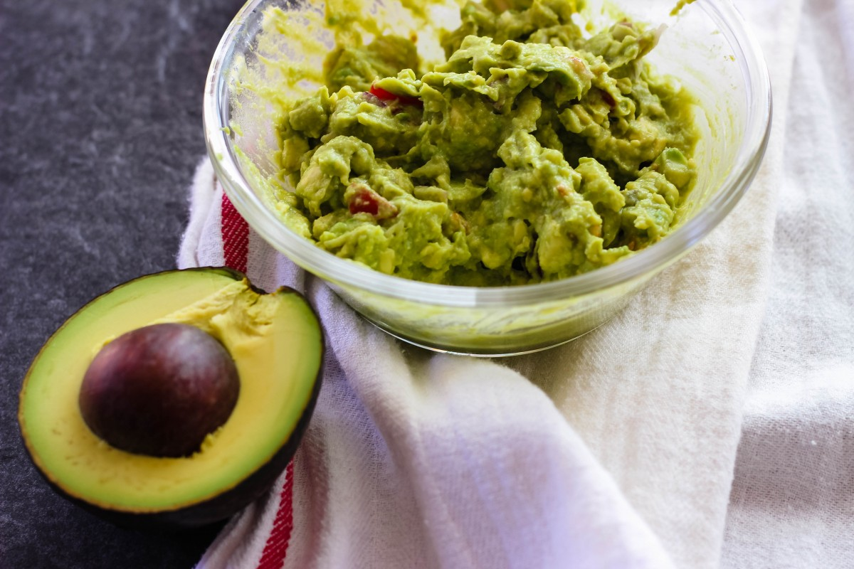 easy chunky guacamole, guacamole recipe, easy mexican sides, love alfa guacamole, chunky guacamole recipes, easy appetizers, simple appetizers, avocado recipes, healthy dips